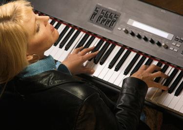 donna pianoforte