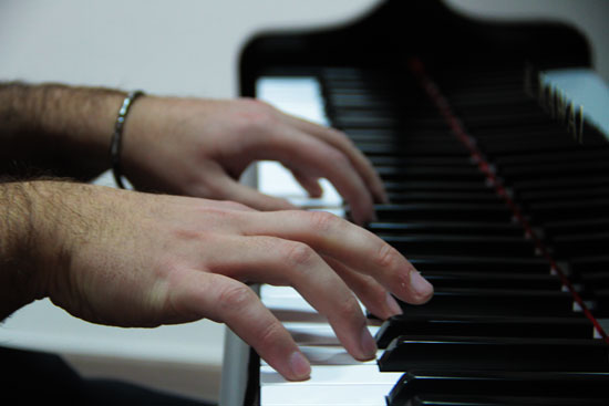 mani sul pianoforte