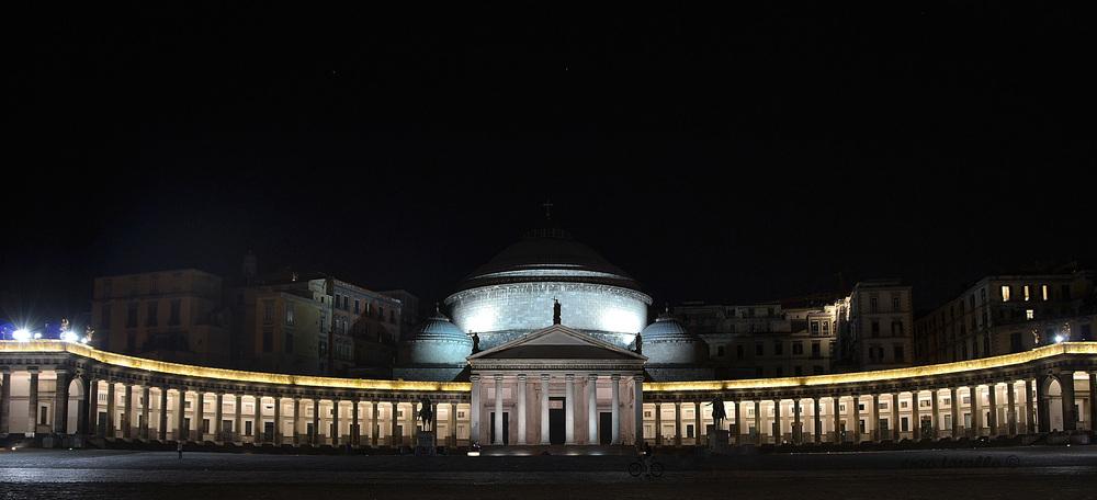 Napoli-Piazza-del-Plebiscito-a