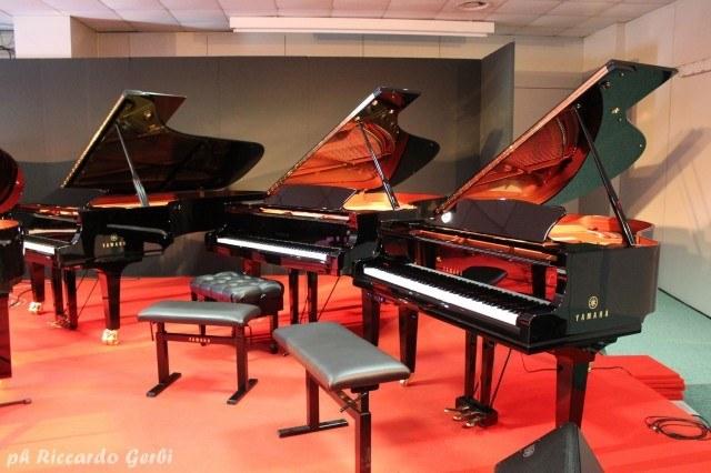 Tradizione e innovazione a confronto: un pianoforte Yamaha Transacoustic accanto ad alcune raffinate controparti acustiche della casa dei tre diapason